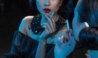 Nemdohányzó nő cigarettával - egy érdekes leszokás története