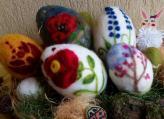 Húsvéti dekoráció: tűnemezelés hungarocell tojásokkal